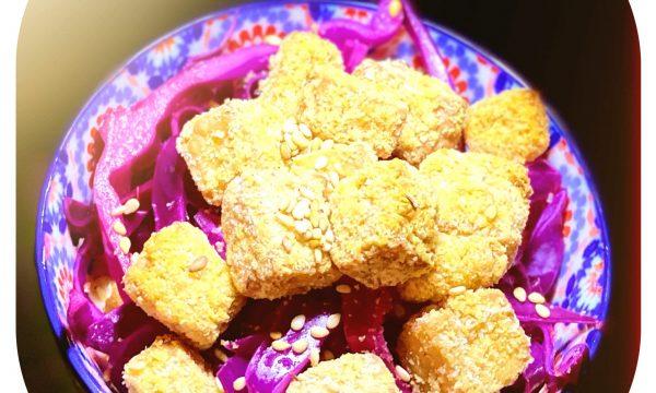 Tofu croccante con insalata di cavolo cappuccio e crema di yogurt