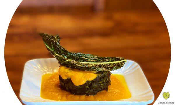 Tortino di spinaci con crema di zucca e chips di cavolo nero