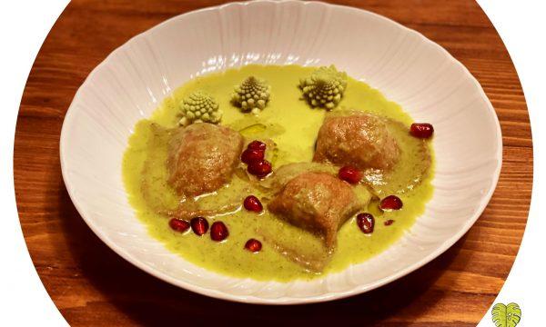 Ravioli rossi con ripieno alle olive in salsa di broccolo