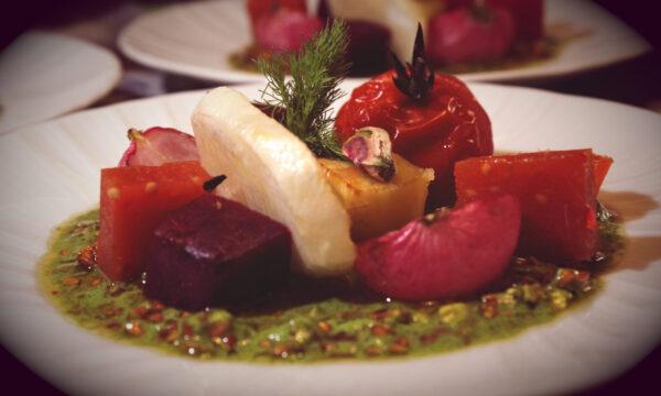Geometria di verdure con olio al pistacchio