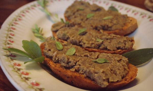 Crostoni di pane con paté di lenticchie