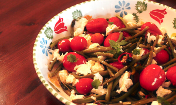 Insalata piccante di fagiolini e pomodori freschi